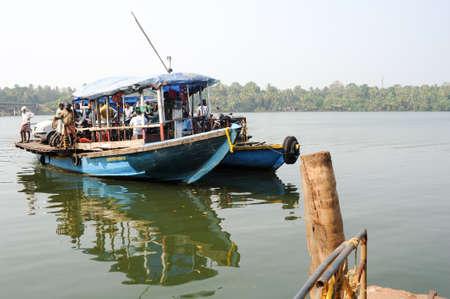 cycles: Kollam, India - 19 de enero de 2015: La gente que cruza un r�o de las aguas estancadas en un ferry en Kollam en India