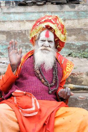 hinduism: Varanasi, India - 27 de enero 2015: Santo Hombre que presenta en Varanasi, la m�s santa de las siete ciudades sagradas (Sapta Puri) en el hinduismo, el jainismo