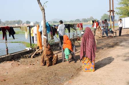 khajuraho: Khajuraho, India - 30 de enero 2015: La gente ropa colgada a secar despu�s de lavar en frente del lago Nanora en Khajuraho en la India