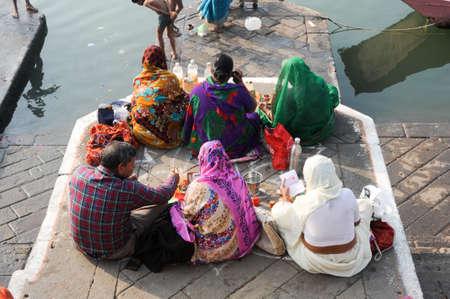 hindues: Maheshwar, India - 03 de febrero 2015: La gente realiza Pooja ma�ana en el r�o sagrado ghats Narmada en Maheshwar, India. Para los hind�es Narmada es uno de los 5 r�os sagrados de la India Editorial