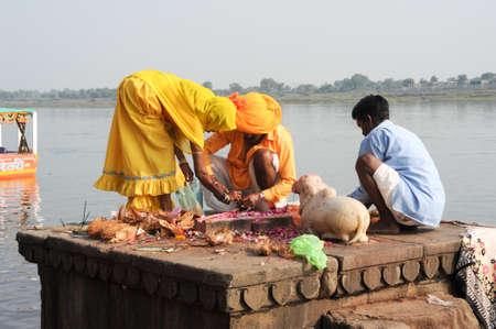 hindus: Maheshwar, India - 03 de febrero 2015: La gente realiza Pooja ma�ana en el r�o sagrado ghats Narmada en Maheshwar, India. Para los hind�es Narmada es uno de los 5 r�os sagrados de la India Editorial