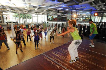 zumba: Lugano, Suiza - 06 de octubre 2013: Baile de la gente durante la aptitud de Zumba entrenamiento en un gimnasio de Lugano en Suiza Editorial