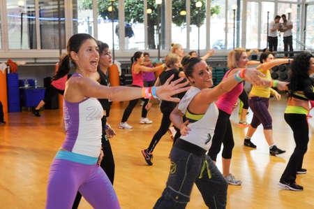 Lugano, Suiza - 10 de noviembre 2013: La gente bailando durante la aptitud de Zumba entrenamiento en un gimnasio de Lugano en Suiza