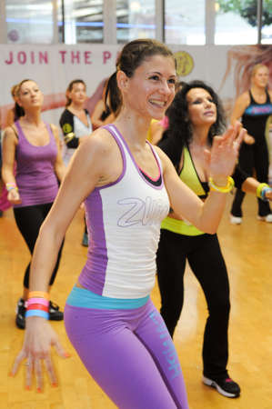 donna che balla: Lugano, Svizzera - 10 novembre 2013: La gente che ballano durante Zumba allenamento fitness in una palestra di Lugano in Svizzera