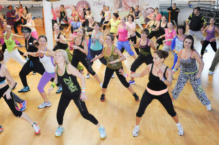 Lugano, Switzerland - 10 november 2013: People dancing during Zumba training fitness at a gym of Lugano on Switzerland 에디토리얼
