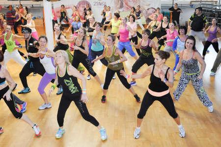 루가노, 스위스 - 2013년 11월 10일 : 스위스의 루가노의 체육관에서 줌바 훈련 피트니스 동안 춤을하는 사람들 에디토리얼