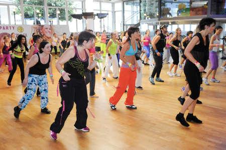 Lugano, Svizzera - 10 novembre 2013: La gente che ballano durante Zumba allenamento fitness in una palestra di Lugano in Svizzera