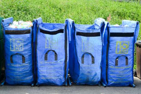 botellas pet: Pet botellas de contenedores en un centro de reciclaje