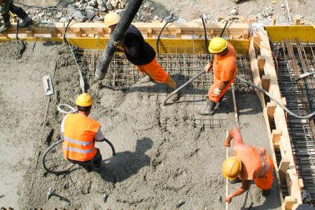 ビッソーネ スイス 2009 年 5 月 22 日: スイスのビッソーネで高速道路建設にポンプでセメントを注ぐ通り労働者 報道画像