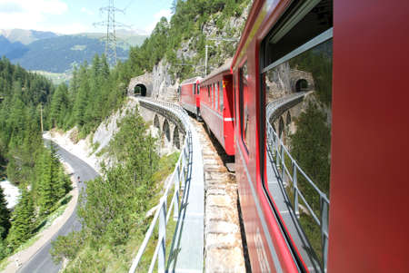 treno espresso: Bernina Express Train, patrimonio mondiale Unesco Editoriali