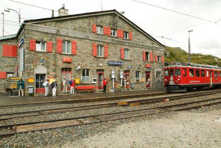 treno espresso: Ospizio Bernina, Svizzera - 20 Luglio 2015: La gente in attesa di prendere il treno Bernina Express alla stazione di Ospizio Bernina sulle Alpi svizzere