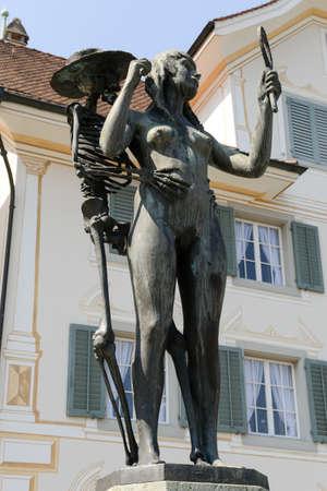 """muerte: Stans, Suiza -12 de agosto de 2015: Escultura de bronce """"La muerte y la doncella"""" de Rolf Brem. """"La muerte y la doncella"""" es un motivo común en el arte renacentista, que fue desarrollado a partir de """"danza de la muerte"""". Editorial"""