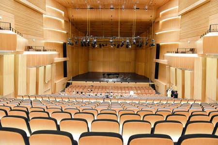 Lugano, 9 oktober 2015: Mensen die het invoeren van de concertzaal voor een klassiek concert Redactioneel