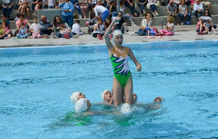 nataci�n sincronizada: nadar grupo de chicas en una piscina practicando sincronizada - Massagno, Suiza - 12 de junio el a�o 2016 Editorial