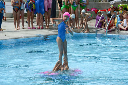 nataci�n sincronizada: Massagno, Switzerland - 12 June 2016 - group of girls in a pool practicing synchronized swimming Editorial