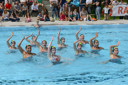 nataci�n sincronizada: Massagno, Switzerland - 12 June 2016 - group of girls in a pool practicing synchronized swimming Editorial