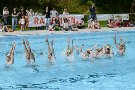 natación sincronizada: Massagno, Switzerland - 12 June 2016 - group of girls in a pool practicing synchronized swimming Editorial