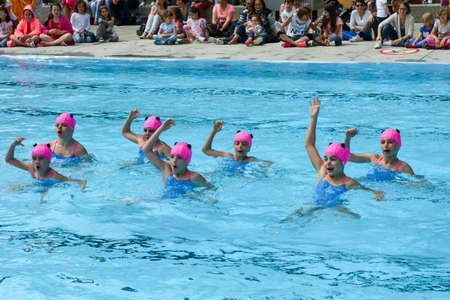 natación sincronizada: nadar grupo de chicas en una piscina practicando sincronizada - Massagno, Suiza - 12 de junio el año 2016 Editorial