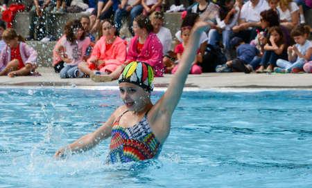 natación sincronizada: Massagno, Suiza - 12 de junio 2016 - niña en una piscina practicando la natación sincronizada Editorial