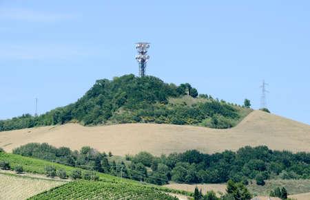 Antennes de communication construites en zone rurale de Marche sur l'Italie