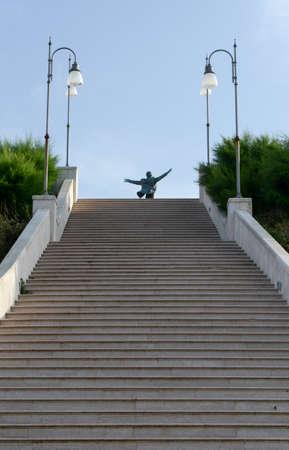 yegua: Escaleras en Polignano una yegua en Puglia, Italia