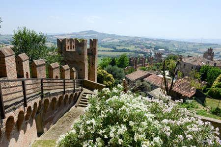 イタリア マルケ州のグラダーラ城の眺め。 報道画像