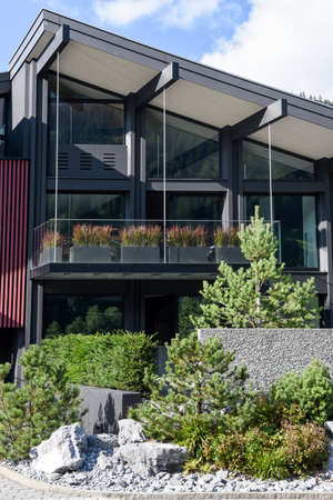 front house: Luxurious modern multilevel house front