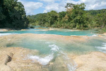 Aqua Azul, México - el 21 de enero de 2009: Hombre nadando en las aguas del aqua Azul del Agua en Chiapas, México Editorial