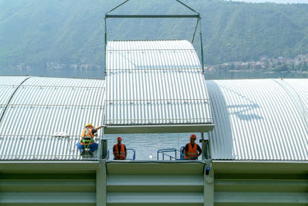ビッソーネ, スイス - 2010 年 4 月 29 日: ビスソーンのスイス連邦共和国の高速道路の遮音壁のインストール中に労働者