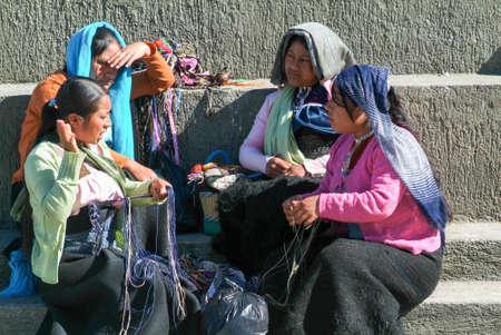 クリストバル ・ デ ・ ラス ・ カサス - 2009 年 1 月 19 日: マヤ女座っているとチアパス州, メキシコのサン ・ クリストバル ・ デ ・ ラス ・ カサス 報道画像