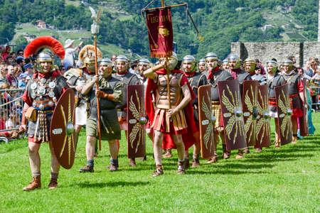 Bellinzona, Zwitserland - 21 mei 2017: Tentoonstelling van Romeinse centurionen op kasteel Castelgrande in Bellinzona aan de Zwitserse Alpen Redactioneel
