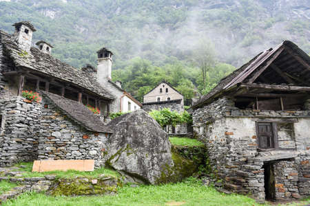 Fontana, Zwitserland - 20 juli 2017: traditioneel landelijk dorp van Fontana op de Zwitserse Alpen Redactioneel