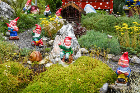 Tuinkabouters in een tuin van een huis in Engelberg op de Zwitserse Alpen Stockfoto