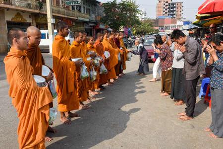 Battambang, Cambodia - 15 January 2018: monks during food gathering at Battambang on Cambodia biên tập