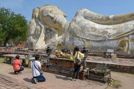 Ayutthaya, Thailand - 5 January 2018: people praying in front of reclining Buddha at Ayutthaya historical park on Thailand 新聞圖片