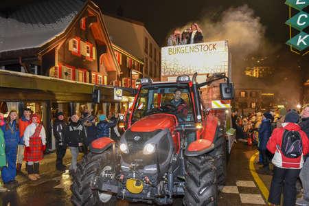 Engelberg, Schweiz - 11. Februar 2018: Teilnehmer in Kostümen führen einen Straßenzug am Karneval von Engelberg in den Schweizer Alpen durch?