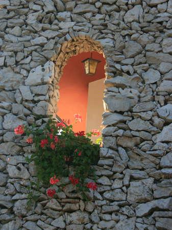 Maison avec un mur de pierre karstique Banque d'images - 20107193