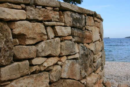 Mur de pierre rustique près de la mer Banque d'images - 21655924