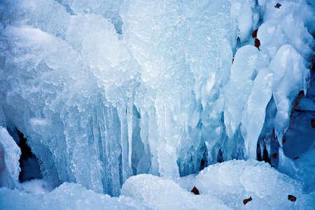 つらら: 冷凍の山ストリーム、寒さ、青みがかった詳細