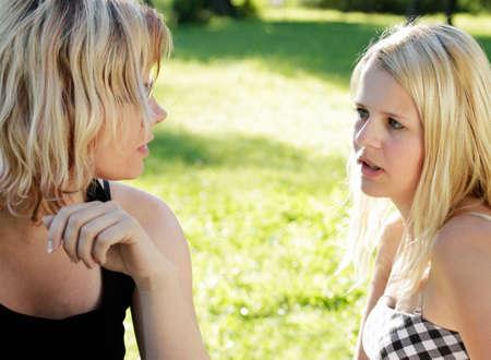 jeune fille adolescente: M�re et fille parle graves