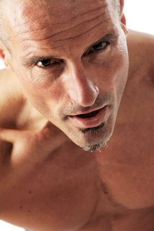 Man portret als close-up, studio gefotografeerd tegen een witte achtergrond.