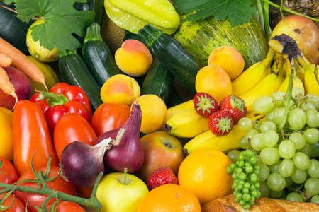 alimentos saludables: Las frutas y verduras como tomates, calabacines, melones, pl�tanos y uvas dispuestas en un grupo, natural bodeg�n de comida saludable