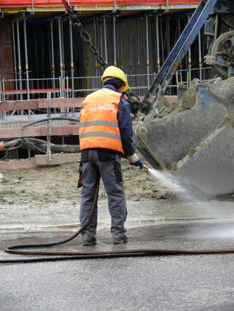 the job site: l'uomo sul luogo di lavoro pulire la strada