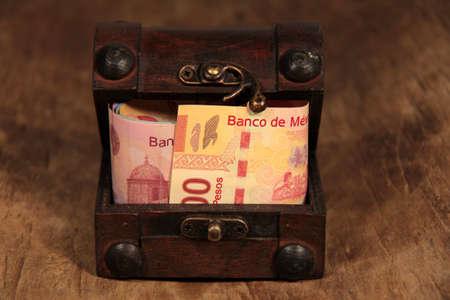 Mexikanische Pesos in der Brust Standard-Bild - 13352306