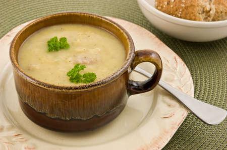 ハム、冬の日茶色の釉鉢にボリュームたっぷりのレンズ豆のスープ 写真素材