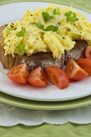 垂直書式でチェリー トマトとトーストにスクランブルエッグ 写真素材