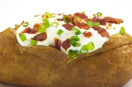 사워 크림, 베이컨 비트와 녹색 양파 근접 촬영 구운 황갈색 감자