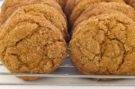 galletas de jengibre: Galletas de jengibre en la rejilla de enfriamiento Foto de archivo