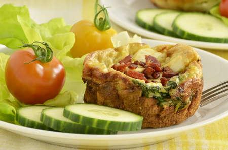 ベーコン ビットと焼きほうれん草とフェタチーズのキッシュ マフィン 写真素材