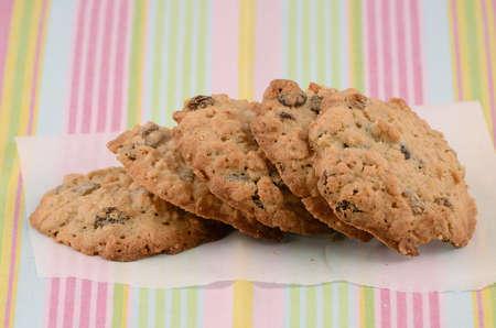 pasas: Harina de avena y galletas reci�n horneados pasas Foto de archivo